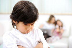 Cha mẹ nên làm gì khi trẻ ganh tỵ với em