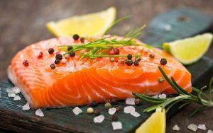 nấu cháo cá hồi cho bé với rau gì