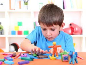 Khám phá thế giới qua đôi bàn tay với phương pháp dạy con Montessori