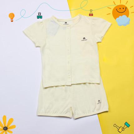 Quần áo là quà tặng dễ chọn trong ngày đầy tháng cho trẻ.